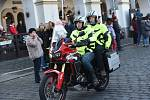 Již po osmnácté letos kolínští motorkáři říkající si Verbež kolínská uspořádali štědrovečerní vyjížďku s tradičním cílem u vánočního stromu na kolínském Karlově náměstí.