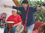 Skupinové bubnování v Pečkách