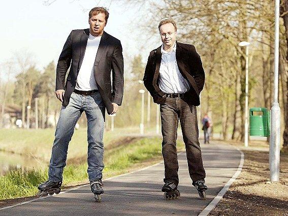 Středočeský hejtman Petr Bendl (vlevo) spolu s poslancem Ondřejem Plašilem šli po otevření Podskalského nábřeží v Kolíně příkladem a celou stezku projeli na kolečkových bruslích.
