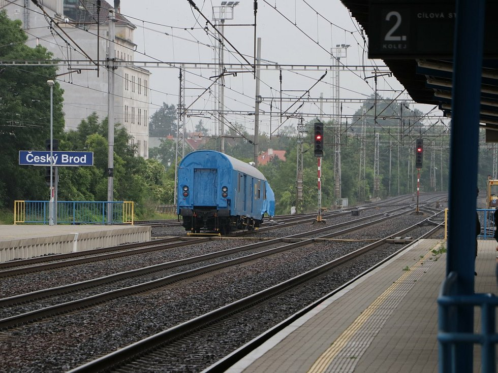 Odstavený zdemolovaný vlak na nádraží v Českém Brodě.