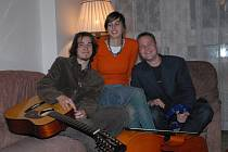 Kytarista a zpěvák Mirek Vlasák (zleva), violoncellistka Denisa Heřmanská a zpěvák a hráč na percusse Ondřej Sulženko v kolínské bytové zkušebně Mirka Vlasáka.