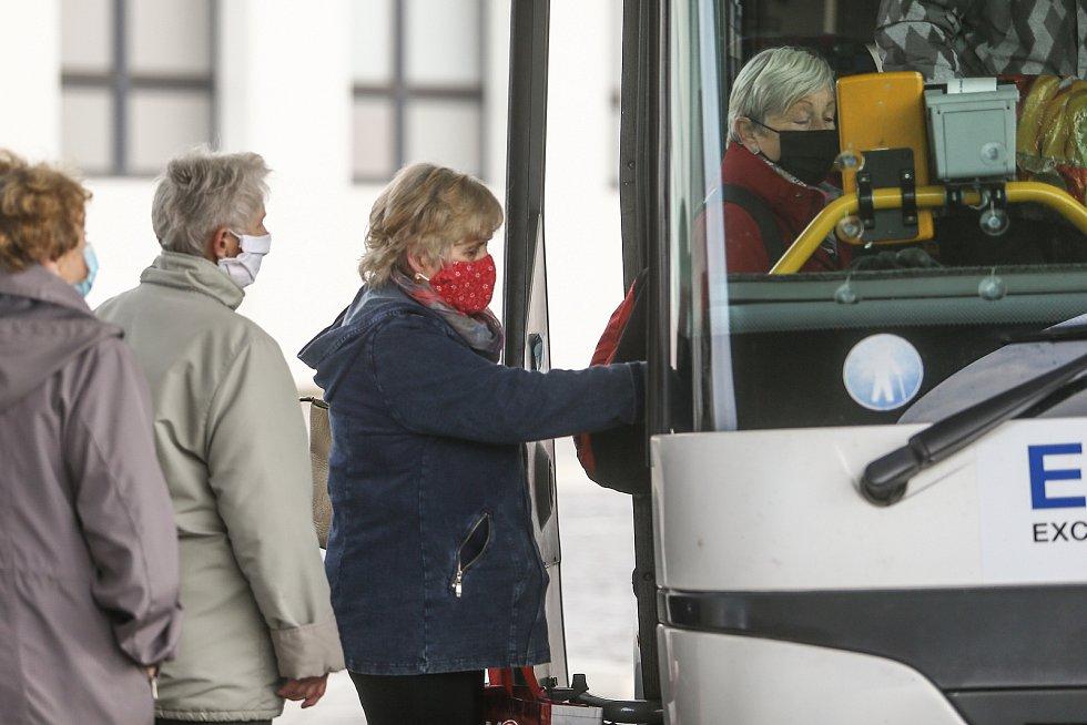 Cestující s obličejovými rouškami na zastávkách a v autobusech v Kolíně.