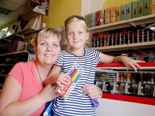 Anežka byla s maminkou nakoupit školní potřeby v papírnictví v centru Kolína. Za pár dní nastoupí do první třídy.