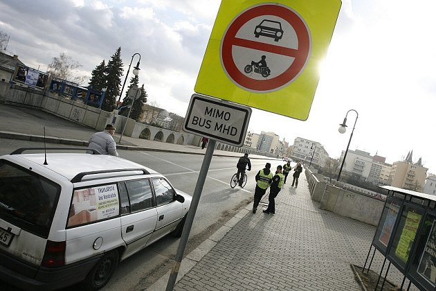 Zjednosměrnění Masarykova mostu zkomplikovalo řidičům život