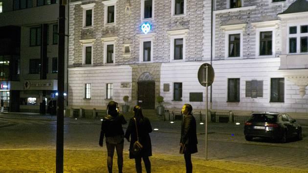 Na radnici visí modré srdce Kolínského majálesu.