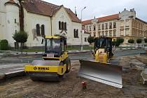 Práce na průtahu Pečkami pokračují od kostela ke vzdělávacímu centru.