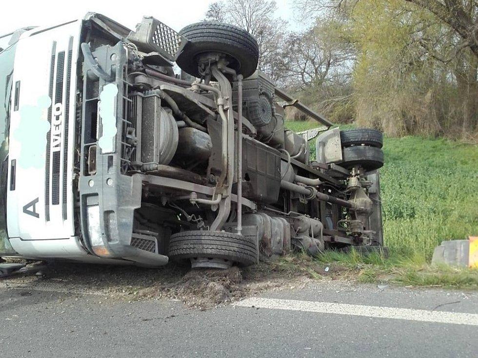 Dopravní nehoda osobního a nákladního automobilu mezi Radimí a Dobřichovem.