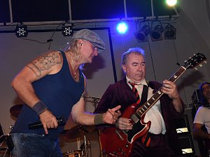 Starými lázněmi zase zněly rockové riffy australské kapely AC/DC.