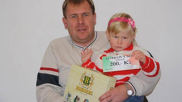 Vítěz Vladimír Zalabák, který cenu převzal ve společnosti své dcery Nikolky, dostal za vítězství ve 13. kole karton piv, který do soutěže věnoval pivovar Rohozec a také dárkovou poukázku v hodnotě 200,–Kč do kolínské pizzerie Týna.