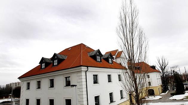 Dům v Durychově ulici čp 101 v Praze 4 – Lhotce je neoficiálním sídlem firmy Setuza. U vchodu tohoto domu byl zavražděn v lednu roku 2006 i podnikatel František Mrázek.