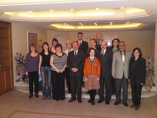 Slavnostní přivítání zástupců z MŠ Sluníčko na radnici v Turecku.
