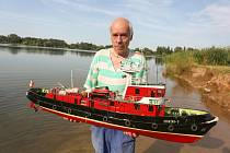 Modelář Pavel Štella s maketou lodi Stražak-3 na 'druhém písáku' v Hradišťku 1 u Kolína.