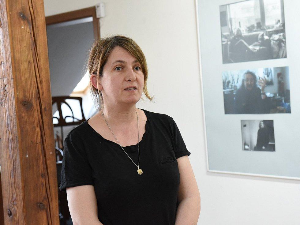 Z vernisáže fotografické výstavy 'Portréty' žáků Základní umělecké školy Františka Kmocha v Kolíně v galerii V Zahradě.