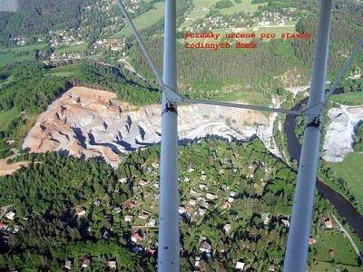 Letecký snímek lomu.