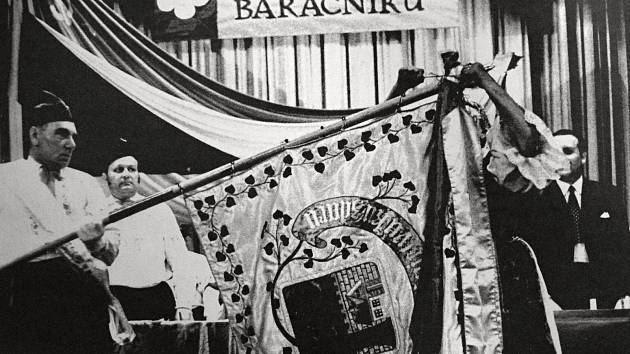 Během roku 1875 si obec nechala vyrobit prapor Baráčníků. Fotografie zachycuje připínání stuhy na prapor ke stému výročí.