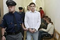 Bývalý kickboxer František Takács a jeho kamarád Martin Zimmermann (na snímku vzadu) míří v doprovodu eskorty před soud vysvětlovat svůj brutální útok na hlavu člověka.