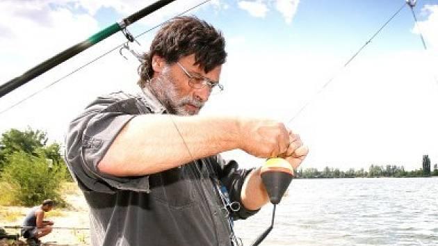 Od soboty 4.8. odpoledne do nedělního poledne se rybáři pokoušeli vylovit  dvoumetrové dravce. Počasí jim ale nepřálo.