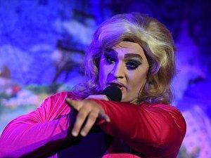 Travesti show v Městském společenském domě v Kolíně