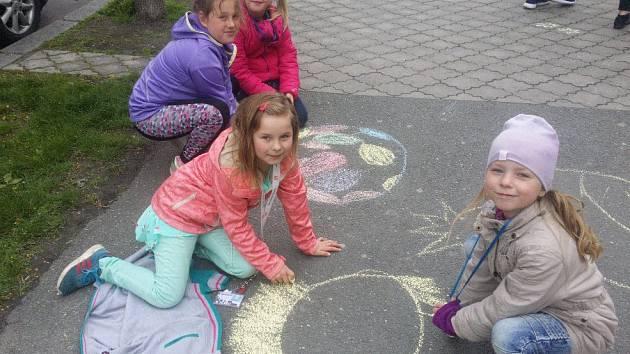 Děti tentokrát v rámci Dne Země podnikly cestu do vesmíru. Vyráběly a kreslily rakety.