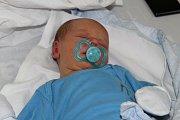 Victor Vaz Santos se mamince Aleně a tatínkovi Calebiovi z Peček narodil 15. srpna 2017. Měřil 50 centimetrů a vážil 3510 gramů. Dětským světem ho bude provázet bráška Benjamin (5).