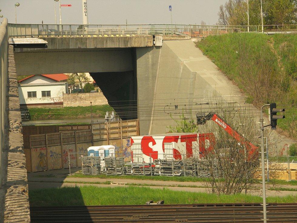 Bude-li posvícení, zařízení staveniště se na dobu jeho konání zpod Nového mostu odstěhuje