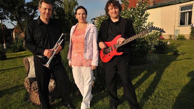 Základ kapely Eso: Trumpetista kytarista, zpěvák  a hráč na klávesy Miloslav Hartman (zleva), zpěvačka Ladislava Červnová a kytarista a zpěvák Jiří Červín