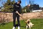 Když je možnost, vyrazí Benjamin Uman se svojí přítelkyní na vycházku se psem.