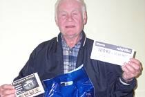 Jaroslav Siňor si v úterý přišel do redakce vyzvednout dárkový sázkový certifikát Chance v hodnotě 100 korun a poukaz na pohoštění do restaurace Stoletá v hodnotě 300 korun.