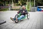 Speciální jízdní kolo pro handicapované děti si lze vyžádat v půjčovně kompenzačních pomůcek na poliklinice v Kolíně. Svezl se na něm i místostarosta města Michal Najbrt.