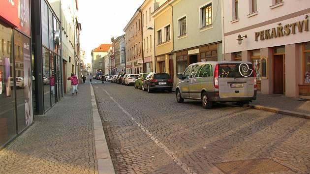 Parkování v Pražské ulici v Kolíně.