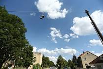 Shoefiti, neboli umísťování svázaných bot na dráty elektrického vedení je populární po celém světě.