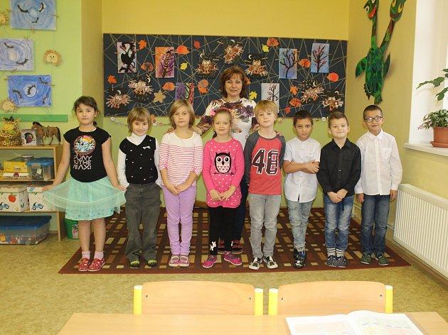 Žáci prvního ročníku Základní školy Veltruby střídní učitelkou Janou Pánkovou