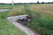 Motocykl po nehodě poblíž Loukonos skončil v příkopu, kde bude asi ještě dlouho vidět ohořelé místo poblíž vpusti.