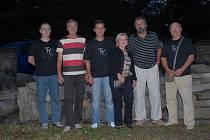 Zleva stojí kytarista a zpěvák Vladimír Rybář, basista Petr Filip, bubeník Jaroslav Kaňka, zpěvačka Iva Kaňková, kytarista Jaroslav Štěpán a kytarista a zpěvák René Bien.