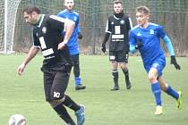 Fotbalisté Kolína (v černém) nestačili na Vyšehrad. S účastníkem ČFL prohráli o čtyři góly.