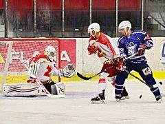 Jednou z velkých hvězd utkání proti Žďáru byl Petr Morkes (v modrém), který dva góly dal a na dva nahrál.