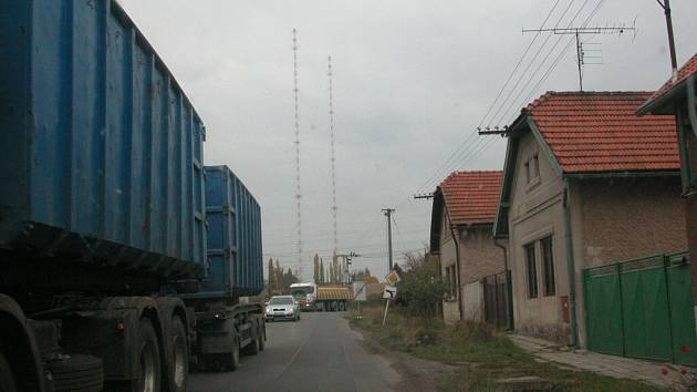 Průjezd nákladních aut Liblicemi