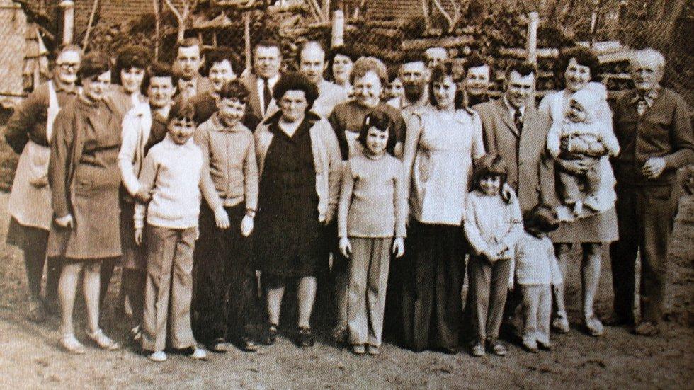 Snímek zachycuje rozsáhlou rodinu Sixtových. Josef Sixta byl rolníkem a nájemcem rolnické usedlosti.