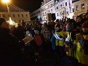 Třetí svíci na náměstí zapálili Tomáš Růžička a Ján Halama.