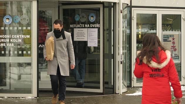 Předvánoční nakupování v obchodním centru Futurum v Kolíně.