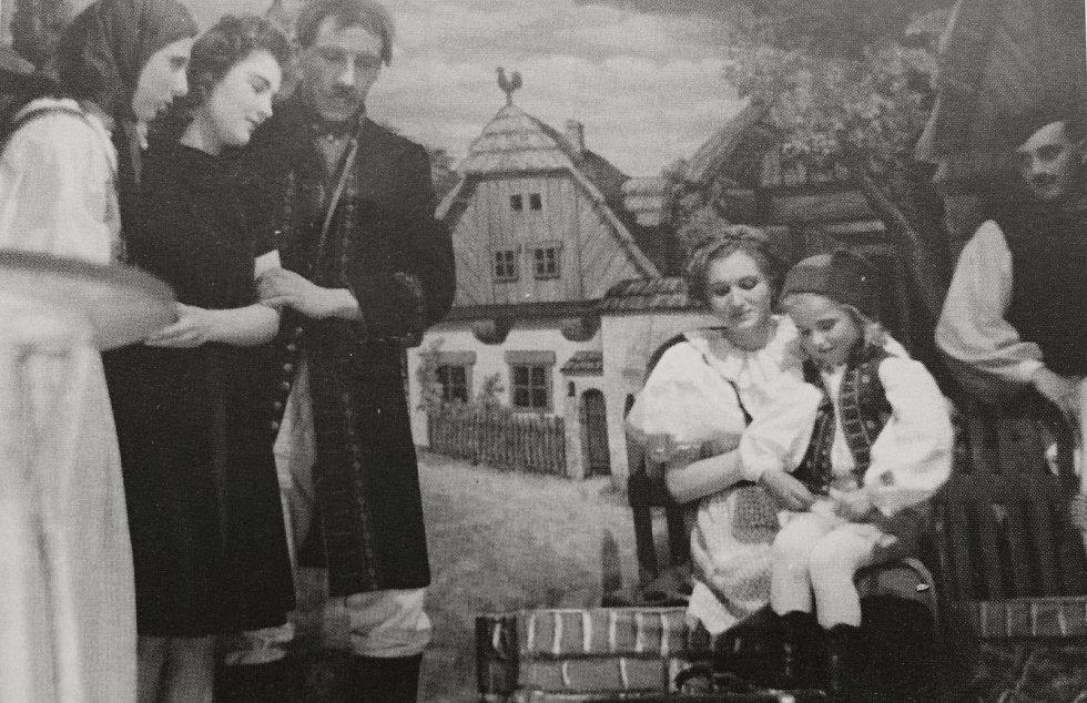 Radimští ochotníci v divadelním představení Vesnička pod Šumavou.