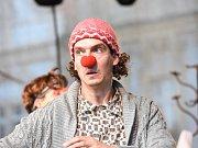 První den festivalu Gasparáda nabídl program sahající od klasické pantomimy až po ohnivou show
