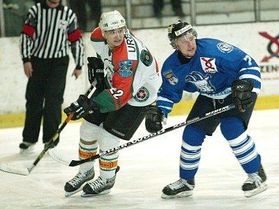 Kolínské hokejisty tentokrát nespasil ani jindy výborný Miroslav Tarageľ (vpravo).