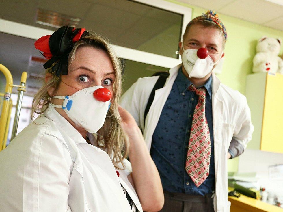 Zdravotní klauni na dětském oddělení Oblastní nemocnice Kolín.