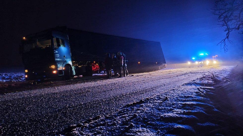 Nehoda kamionu u obce Poďousy.
