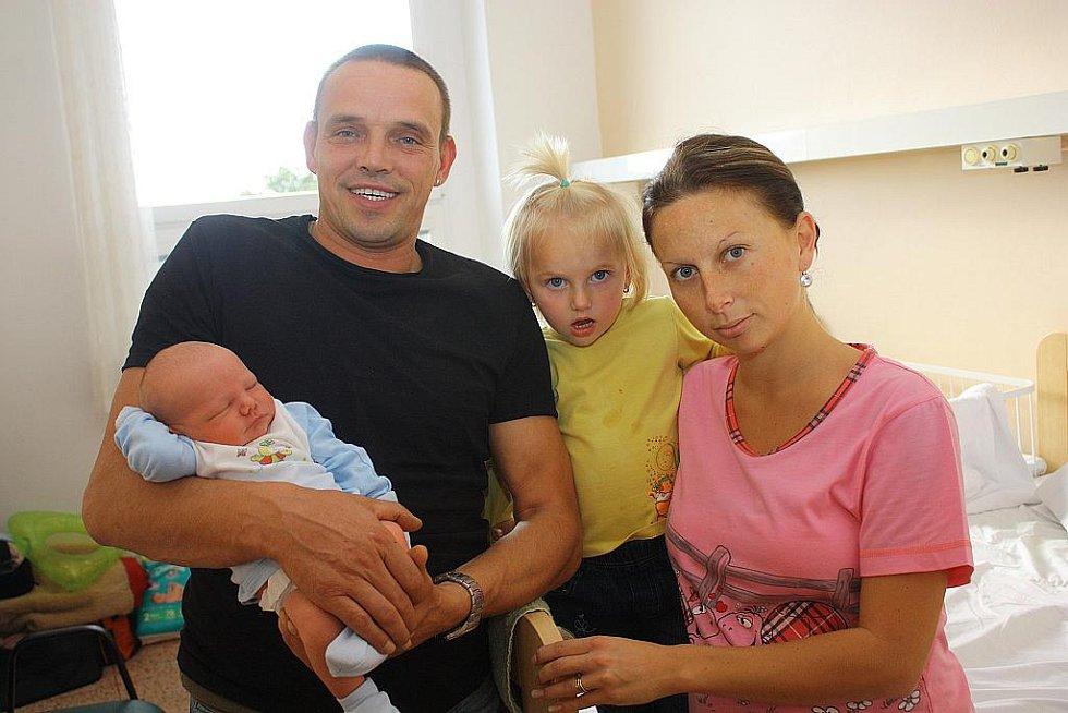 Dvouapůlletá sestřička Laura, tatínek Josef a maminka Dana se vyfotili s právě narozeným Josefem Matoulkem. Josef přišel na svět 10. října s výškou 51 centimetr a váhou 3770 gramů. Rodina je z Žabonos.