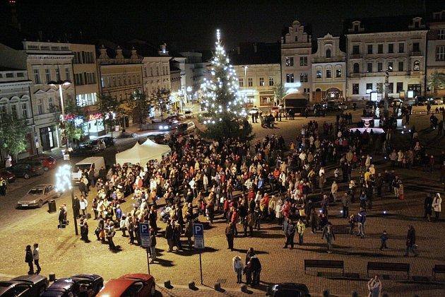Na Karlově náměstí v Kolíně už svítí vánoční strom.