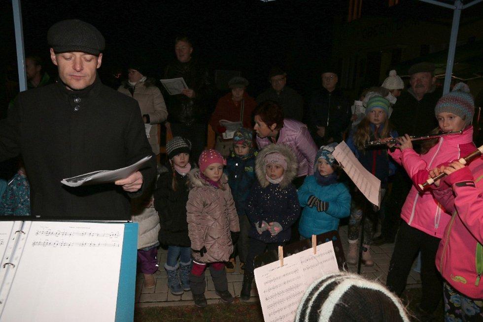 Česko zpívá koledy před Mateřskou školou Sluníčko v Dobřichově.