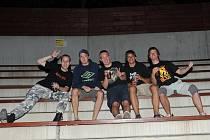 Podruhé umožnili organizátoři rockového festivalu Rock for People, který v sobotu odstartoval na letišti u Hradce Králové, dopravu fanoušků na přehlídku na kolech.