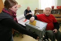 Volby v Kolíně začaly hojnou účastí